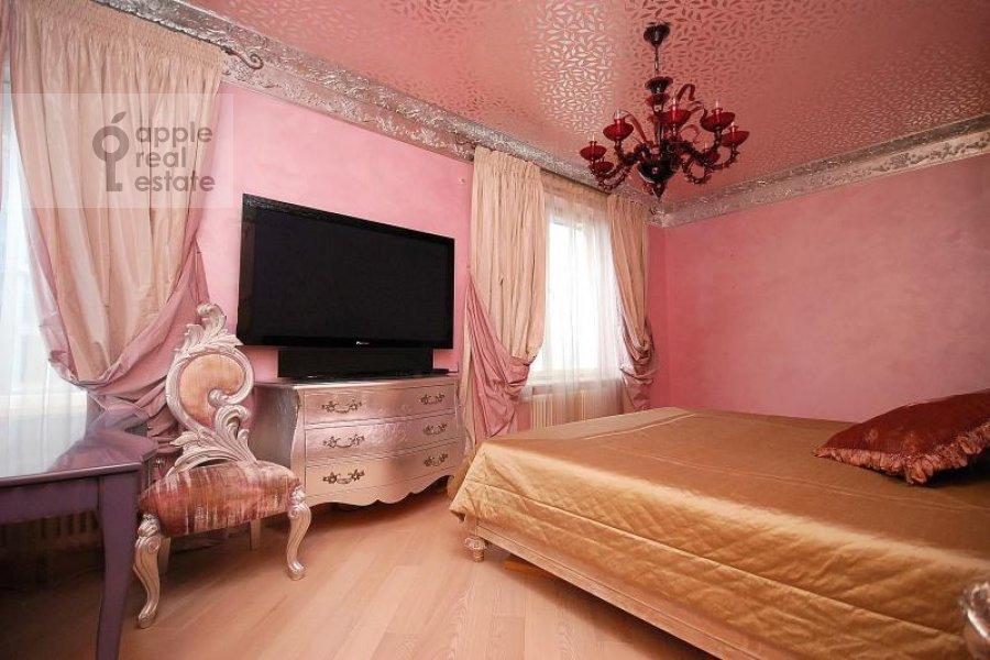 Bedroom of the 4-room apartment at Mosfil'movskaya ul. 70k1