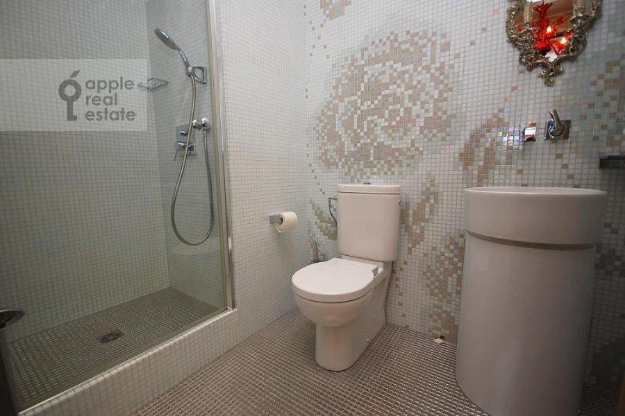 Санузел в 4-комнатной квартире по адресу Мосфильмовская ул. 70к1