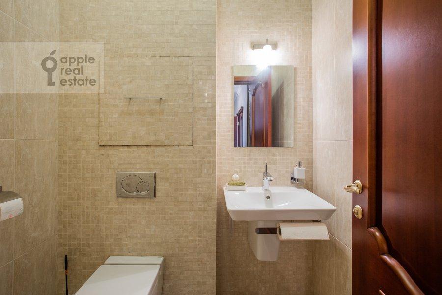 Bathroom of the 4-room apartment at Lomonosovskiy prospekt 25k1
