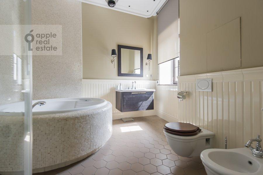 Bathroom of the 4-room apartment at Sadovaya Bol'shaya ul. 10