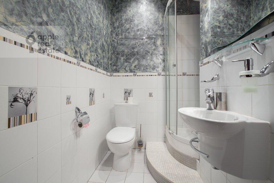 Bathroom of the 4-room apartment at Presnenskiy Val ul. 16/2
