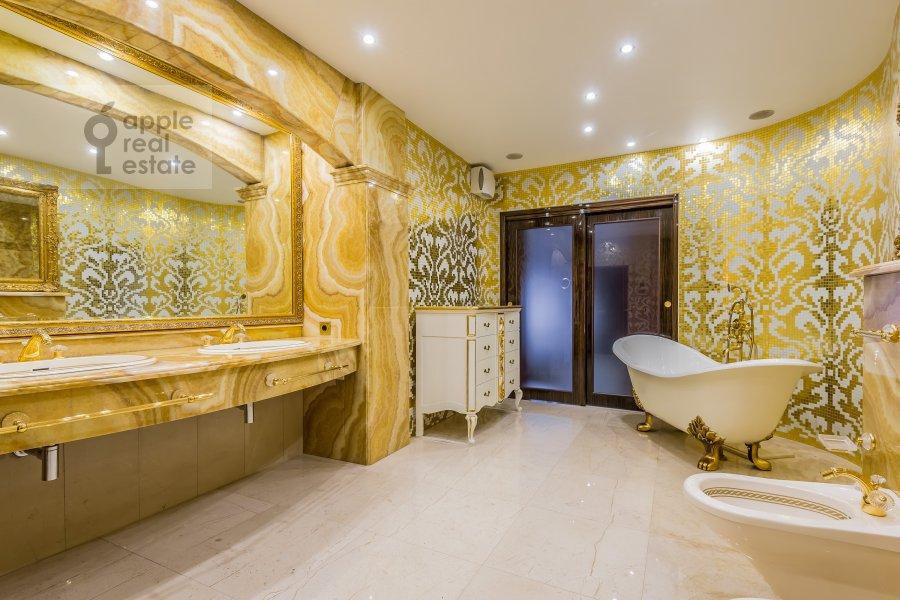 Bathroom of the 4-room apartment at 1-y Smolenskiy pereulok 17