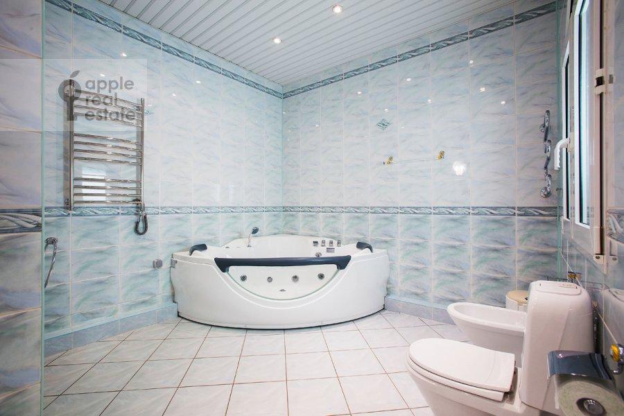 Bathroom of the 5-room apartment at Tverskaya ul 28k2