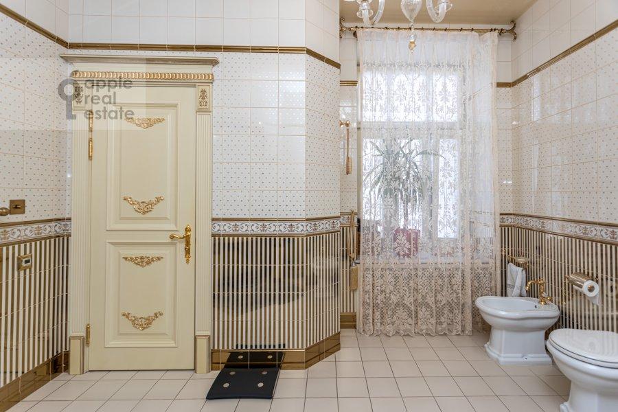 Bathroom of the 4-room apartment at Kolokol'nikov per. 24c3