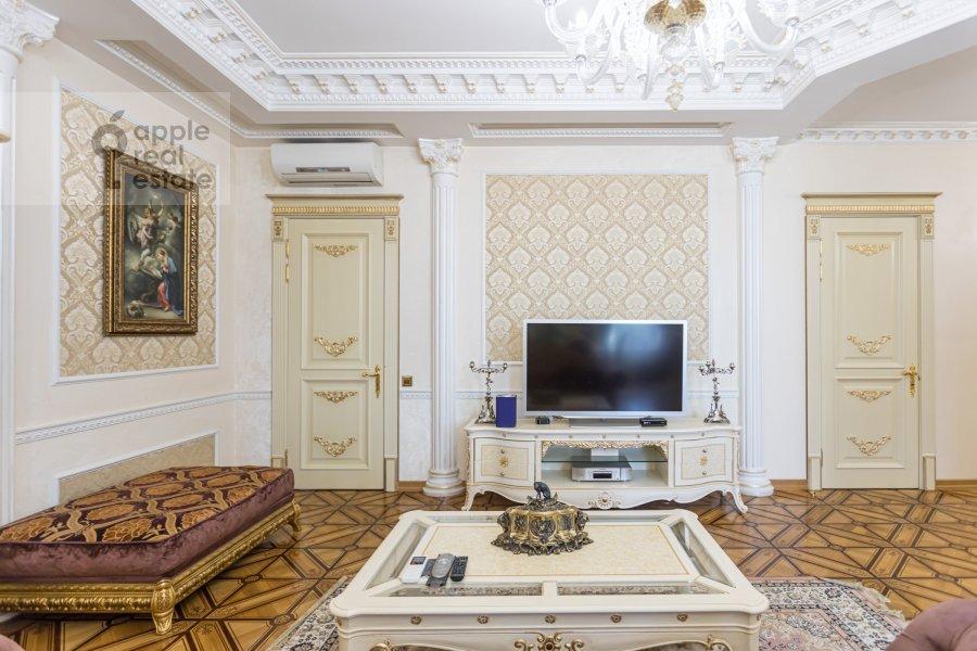 Living room of the 4-room apartment at Kolokol'nikov per. 24c3