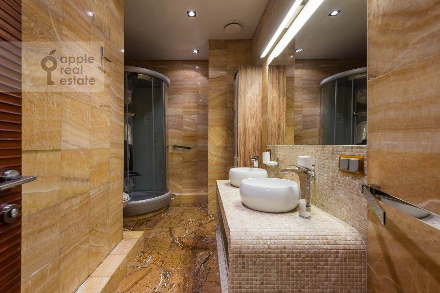 Bathroom of the 5-room apartment at Vernadskogo pr-t, 94k1