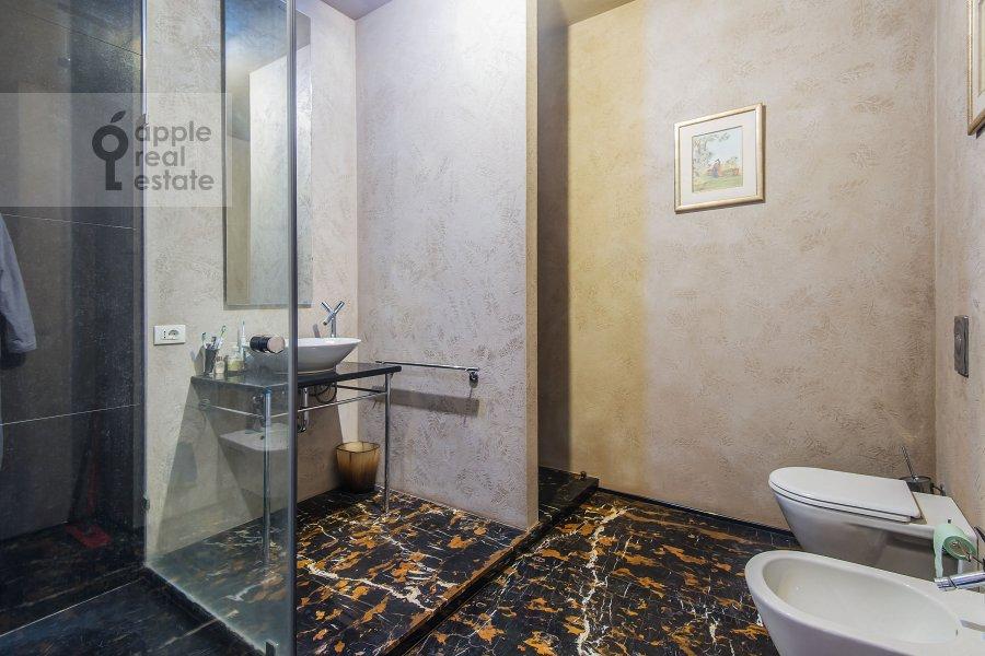 Bathroom of the 3-room apartment at Sechenovskiy per. 2
