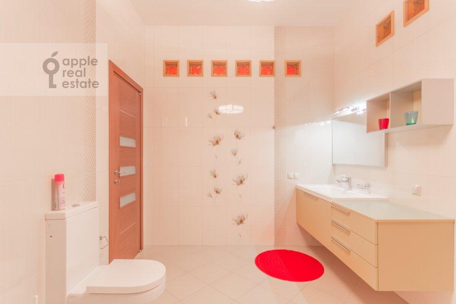 Bathroom of the 5-room apartment at Varsonof'evskiy per. 6