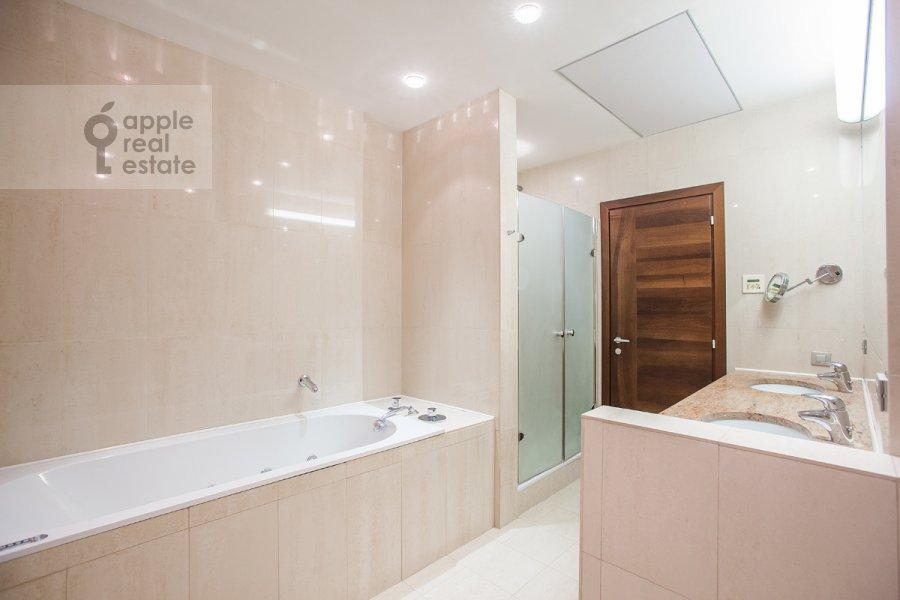 Санузел в 5-комнатной квартире по адресу Зачатьевский 1-й пер. 5