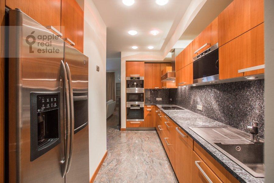 Кухня в 5-комнатной квартире по адресу Зачатьевский 1-й пер. 5