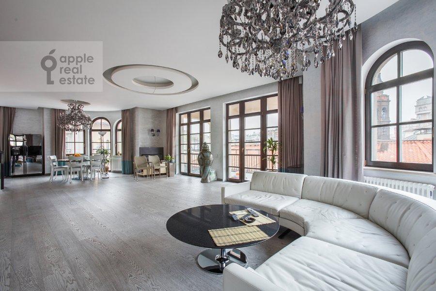 Living room of the 4-room apartment at Fadeeva ul. 4A
