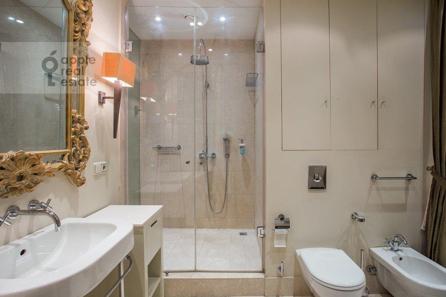 Bathroom of the 5-room apartment at Filippovskiy per. 8