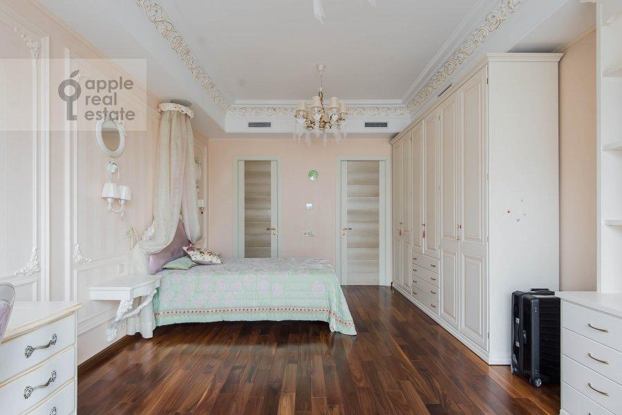 Living room of the 4-room apartment at Usacheva ulitsa 2s3