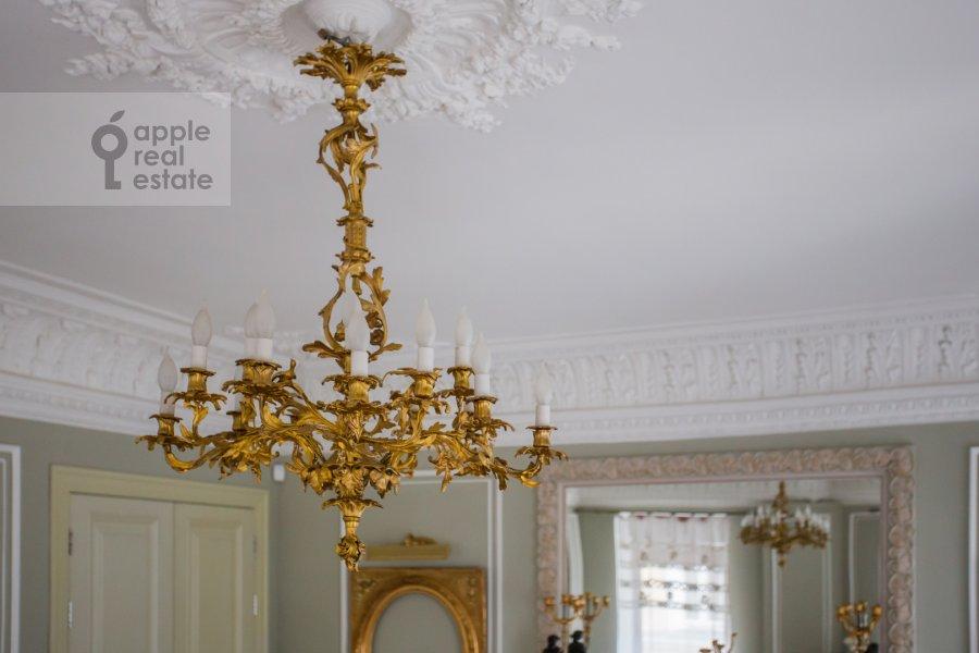 Living room of the 4-room apartment at Spiridon'evskiy pereulok 12/9
