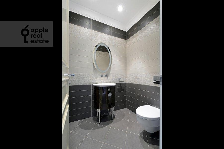 Bathroom of the 4-room apartment at Nezhinskaya ul. 1k1