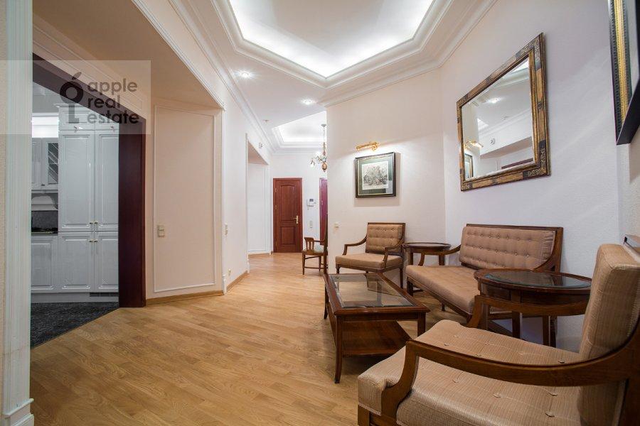 Коридор в 4-комнатной квартире по адресу Остоженка ул. 7к1