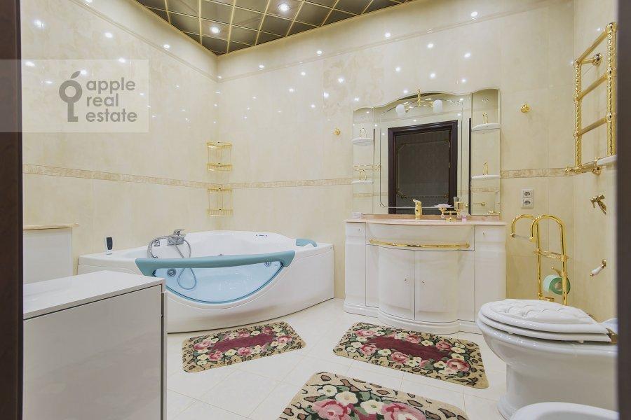 Bathroom of the 4-room apartment at Michurinskiy prospekt 6k2