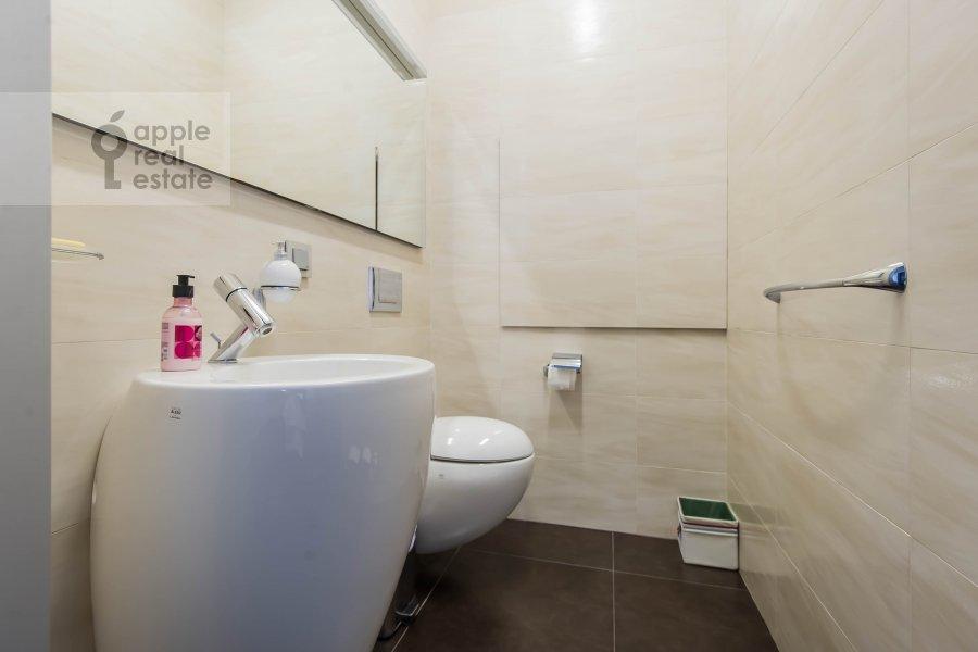 Bathroom of the 5-room apartment at 1-y Neopalimovskiy per. 8
