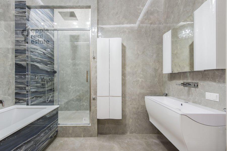 Bathroom of the 5-room apartment at Gogolevskiy bul'v. 23