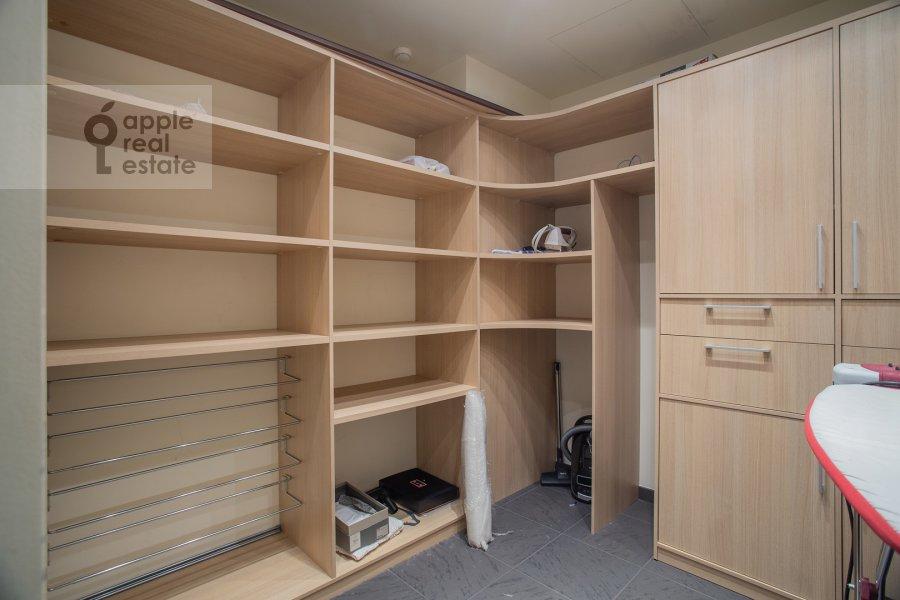 Гардеробная комната / Постирочная комната / Кладовая комната в 2-комнатной квартире по адресу Улофа Пальме ул. 7