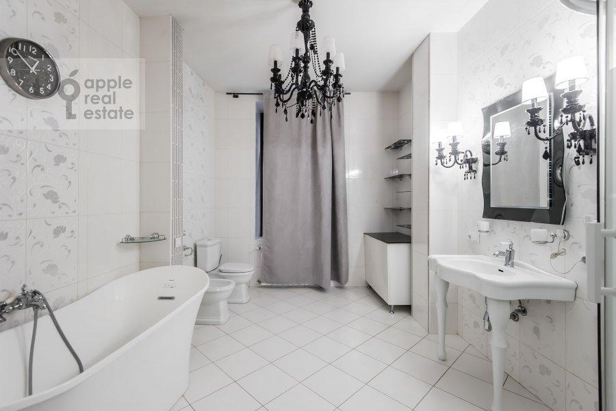 Bathroom of the 4-room apartment at Podsosenskiy pereulok 3
