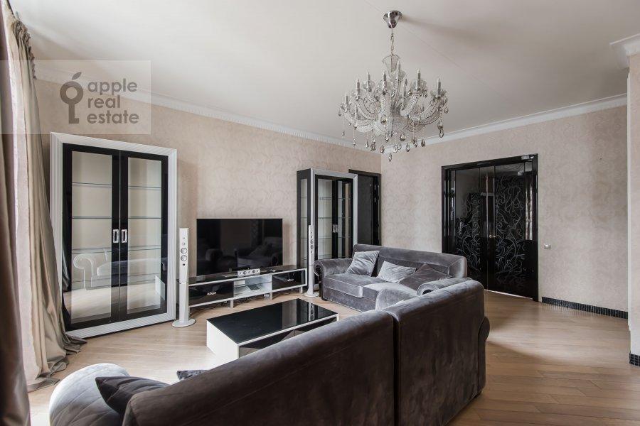 Living room of the 4-room apartment at Podsosenskiy pereulok 3