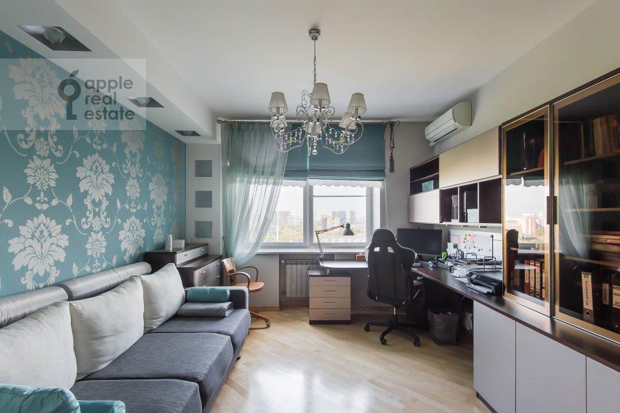 Living room of the 4-room apartment at Veresaeva 13