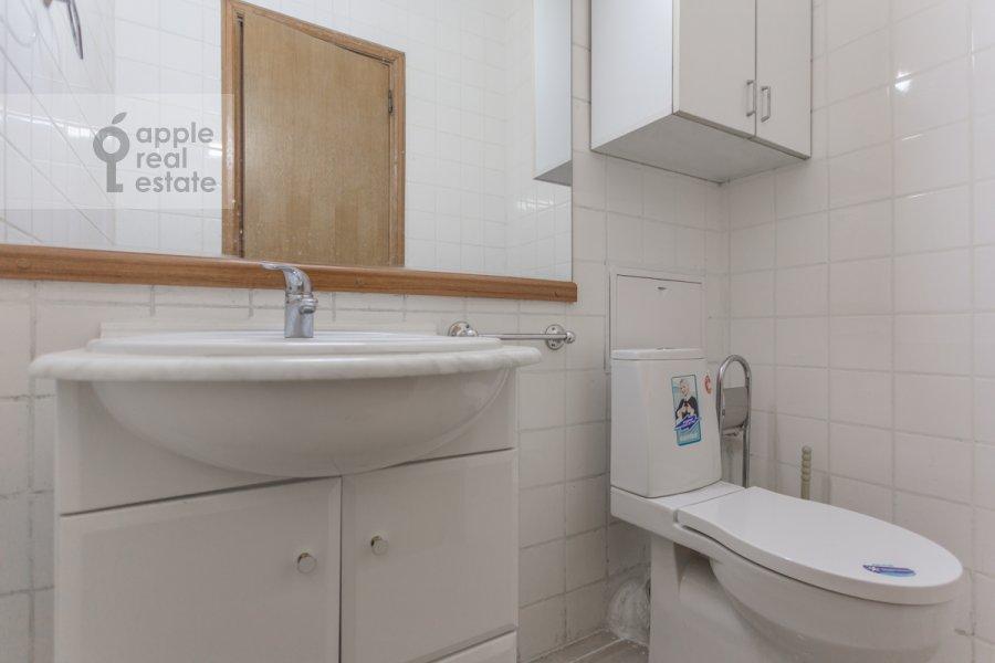 Bathroom of the 3-room apartment at Granatnyy per. 10s1