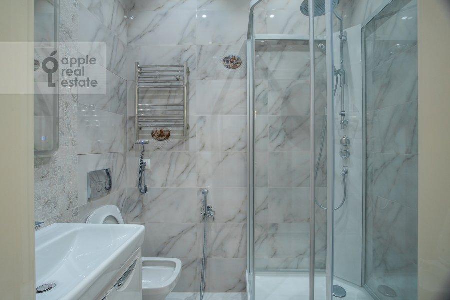 Bathroom of the 3-room apartment at Shelepikhinskaya naberezhnaya 34k2