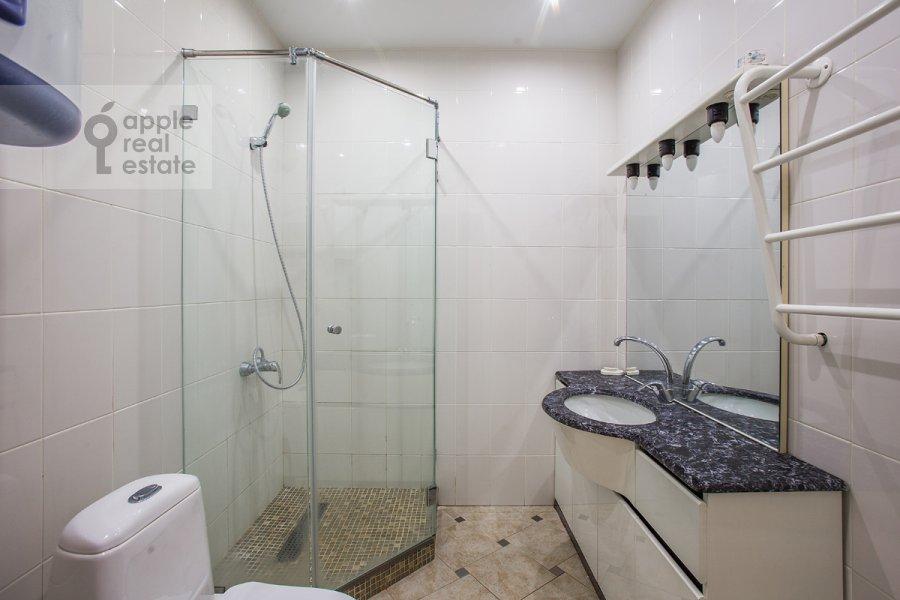 Санузел в 5-комнатной квартире по адресу Новокузнецкая ул. 33с1