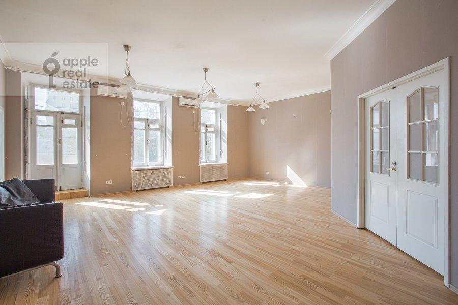 Гостиная в 5-комнатной квартире по адресу Новокузнецкая ул. 33с1