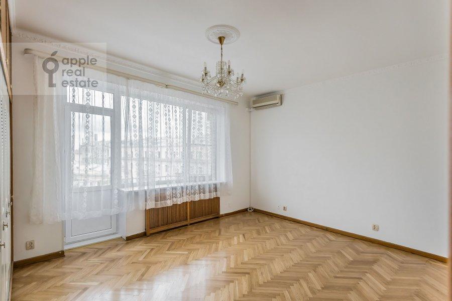 Living room of the 4-room apartment at Bronnaya Malaya ul. 38