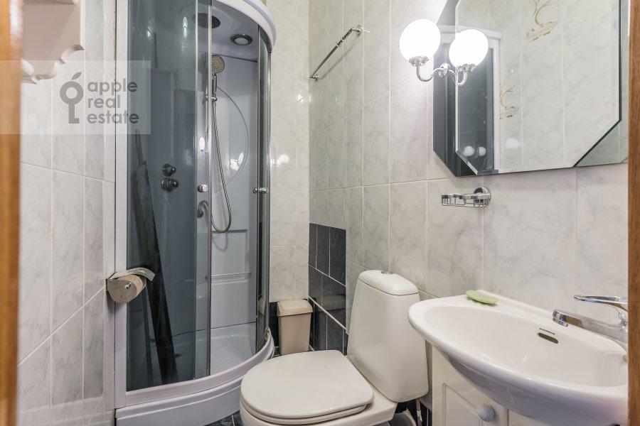 Bathroom of the 4-room apartment at Bronnaya Malaya ul. 38