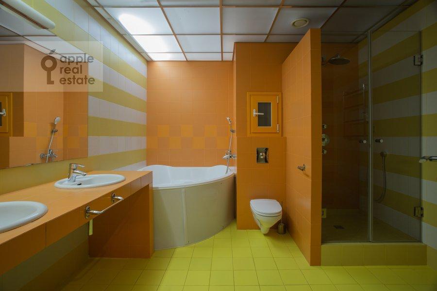 Bathroom of the 5-room apartment at Chapaevskiy pereulok, 3