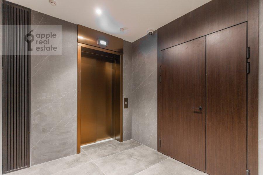 Entrance of the 3-room apartment at Usacheva ulitsa 9