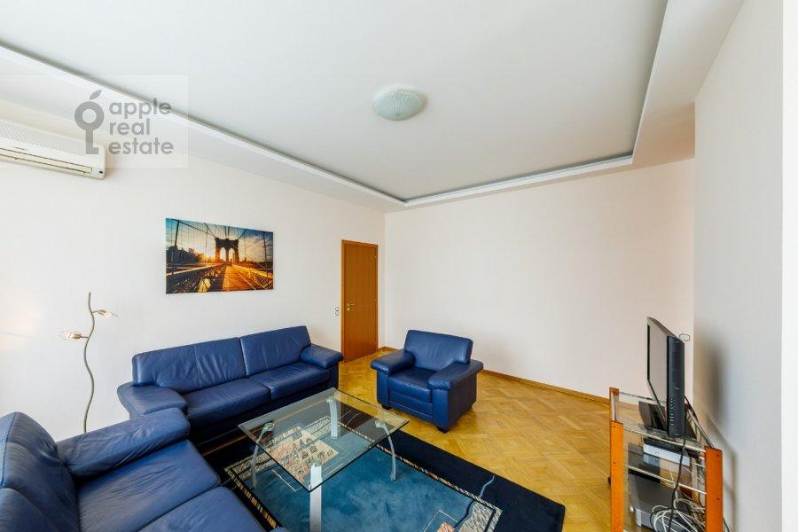 Living room of the 2-room apartment at Kosmodamianskaya nab. 36