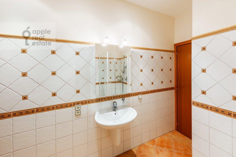 Bathroom of the 2-room apartment at Kosmodamianskaya nab. 36