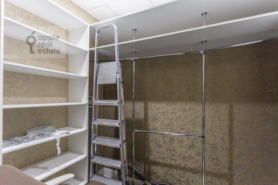 Гардеробная комната / Постирочная комната / Кладовая комната в 3-комнатной квартире по адресу Мосфильмовская улица 8