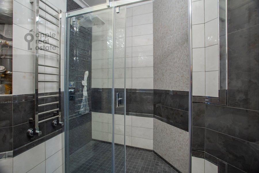 Bathroom of the 5-room apartment at Universitetskiy prospekt 16