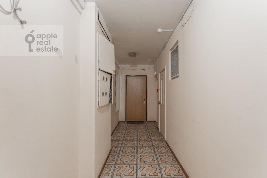 Entrance of the 5-room apartment at Sergeya Makeeva ul. 1