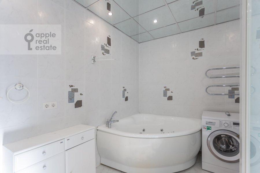 Bathroom of the 5-room apartment at Sergeya Makeeva ul. 1
