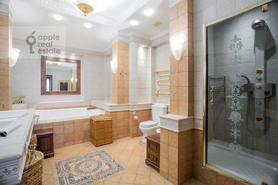 Bathroom of the 4-room apartment at Filippovskiy pereulok 8