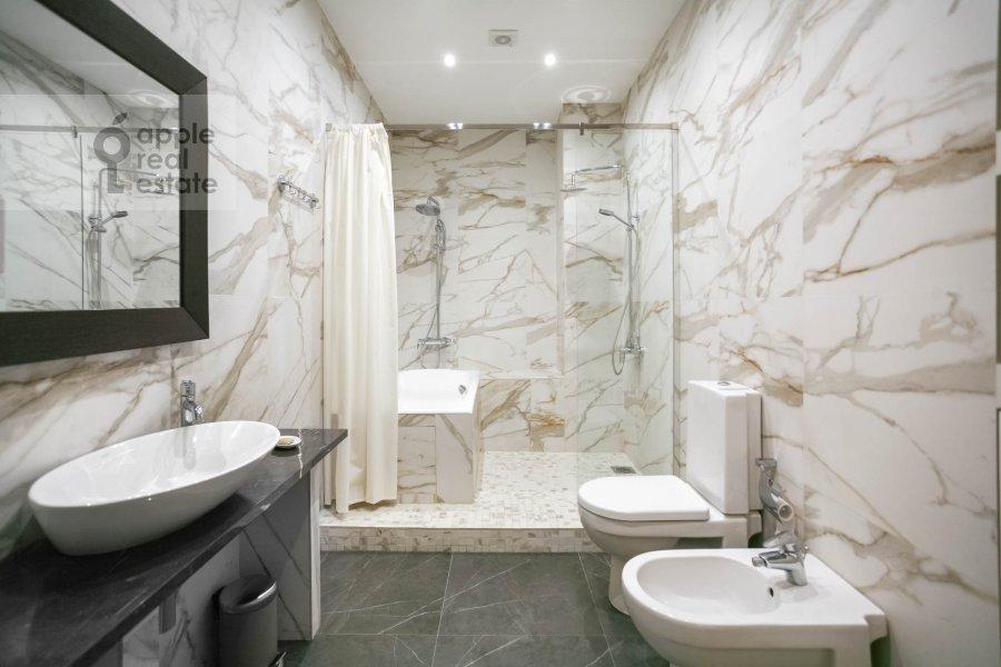 Bathroom of the 3-room apartment at Nezhinskaya ul. 1k2