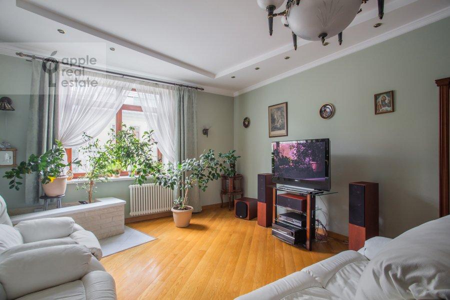 Living room of the 3-room apartment at Klimentovskiy pereulok 2