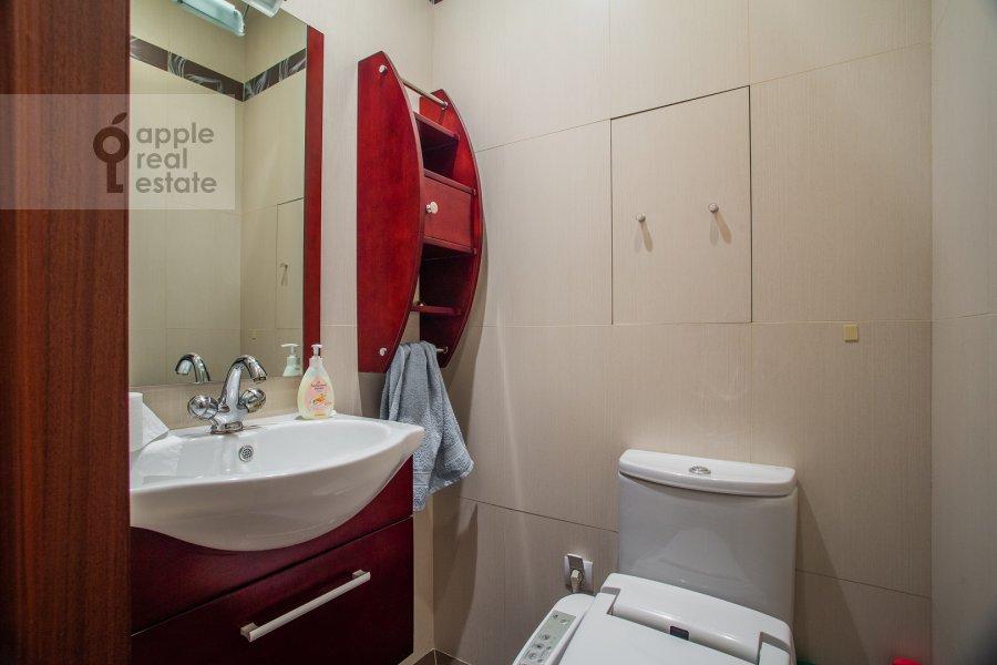 Bathroom of the 3-room apartment at Klimentovskiy pereulok 2