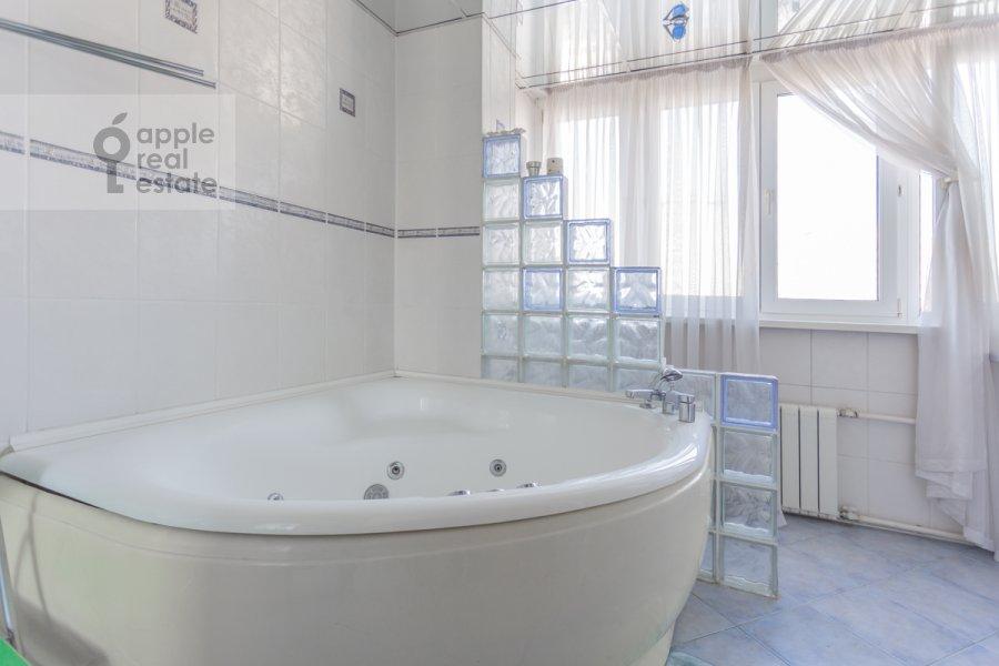Bathroom of the 4-room apartment at Sergeya Makeeva ul. 1