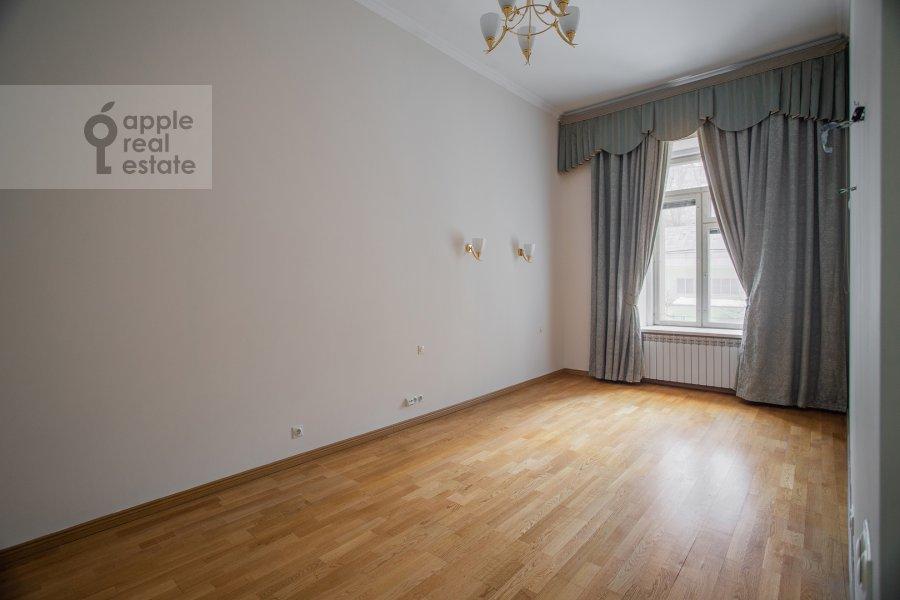 Bedroom of the 5-room apartment at Zhukovskogo ul. 2