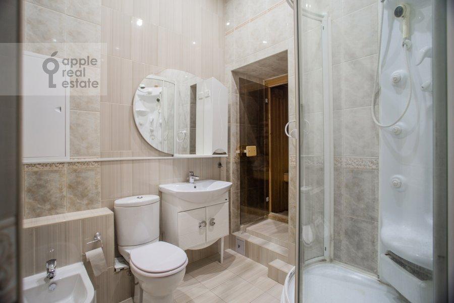 Bathroom of the 5-room apartment at Zhukovskogo ul. 2