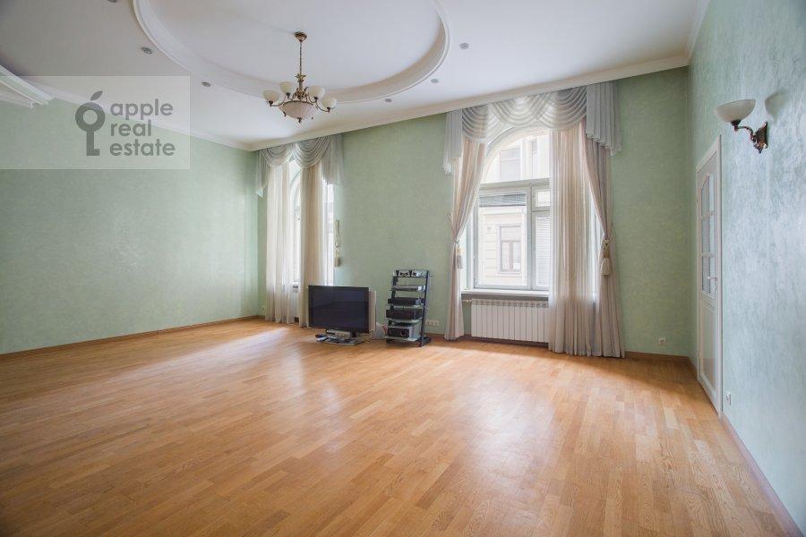 Living room of the 5-room apartment at Zhukovskogo ul. 2
