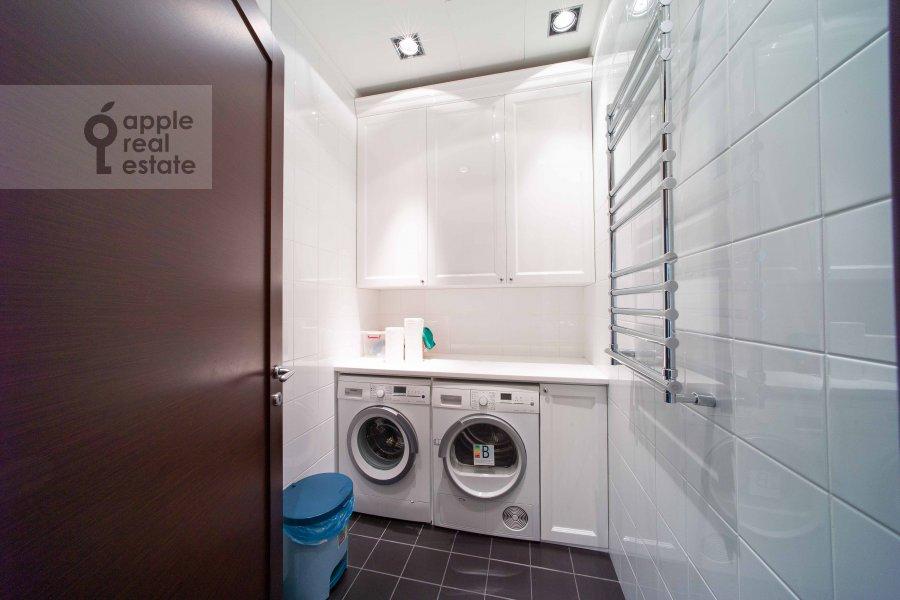 Bathroom of the 5-room apartment at Skatertnyy pereulok 18
